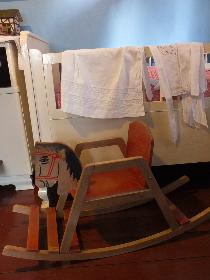 Schaukelpferd im Kinderzimmer des Kolonie-Museums