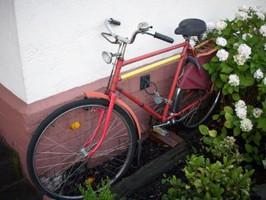 Fahrrad vor dem Kolonie-Museum in Leverkusen